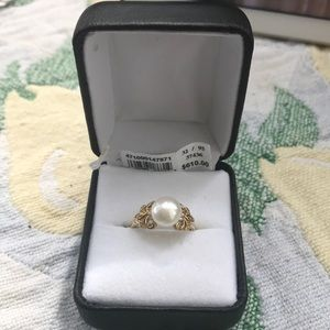 Pearl and diamond set in gold ring